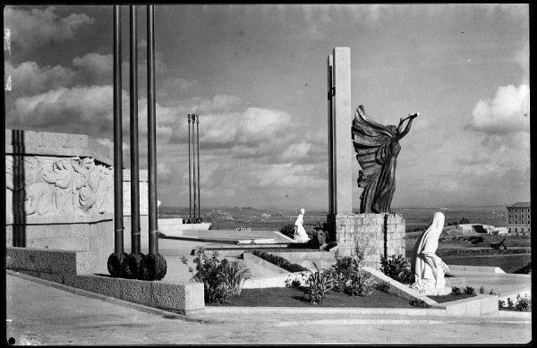 23 - 1961-11-00 - 507 - Toledo - Monumento del Ángel Custodio