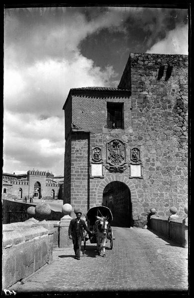 24 - 1958-06-00 - 119 - Toledo - Arco del Puente de San Martín