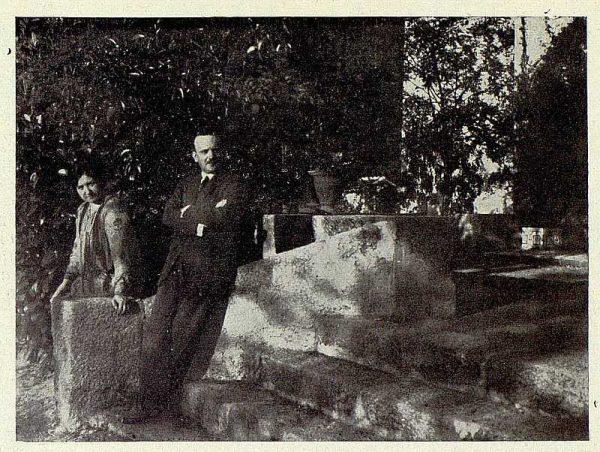 290_TRA-1927-249-Mansión Los Barreros de Pedro Cifuentes, el matrimonio en el jardín-Foto Rodríguez