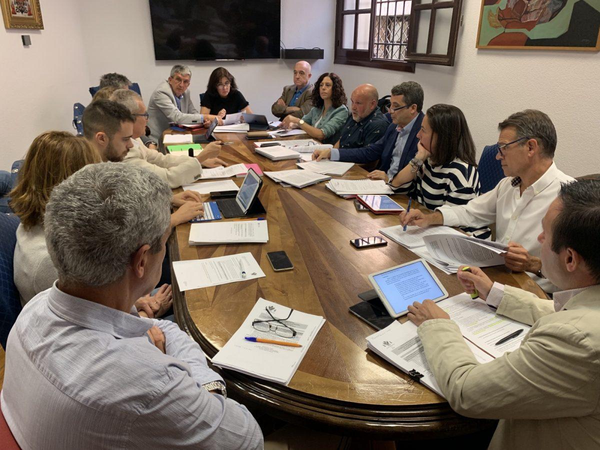 http://www.toledo.es/wp-content/uploads/2019/10/comision-hacienda-3-1200x900.jpg. La Comisión de Hacienda aprueba la bajada del Impuesto de Circulación, la congelación de las tasas de la ORA y de autobuses