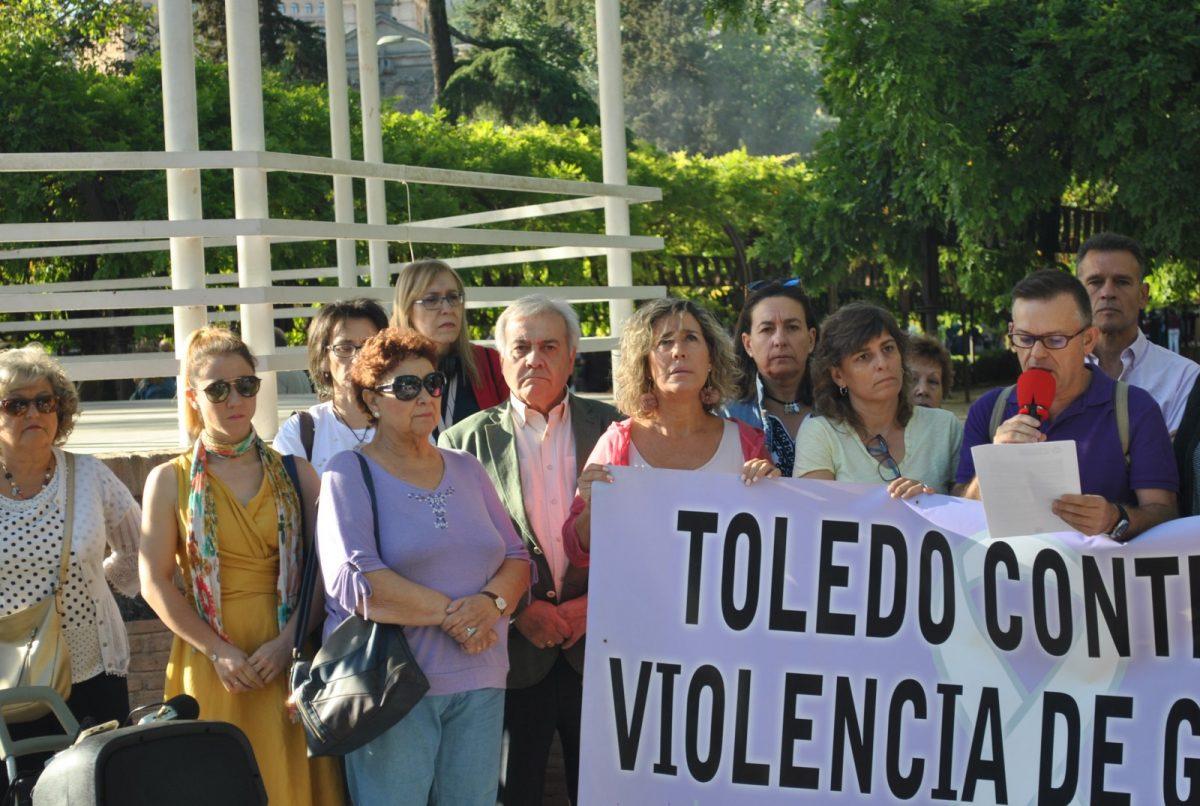 """https://www.toledo.es/wp-content/uploads/2019/10/concentracion-violencia-machista-2-1200x806.jpg. El Consejo Local de la Mujer hace un llamamiento a los hombres ante la violencia machista: """"El silencio nos hace cómplices"""""""