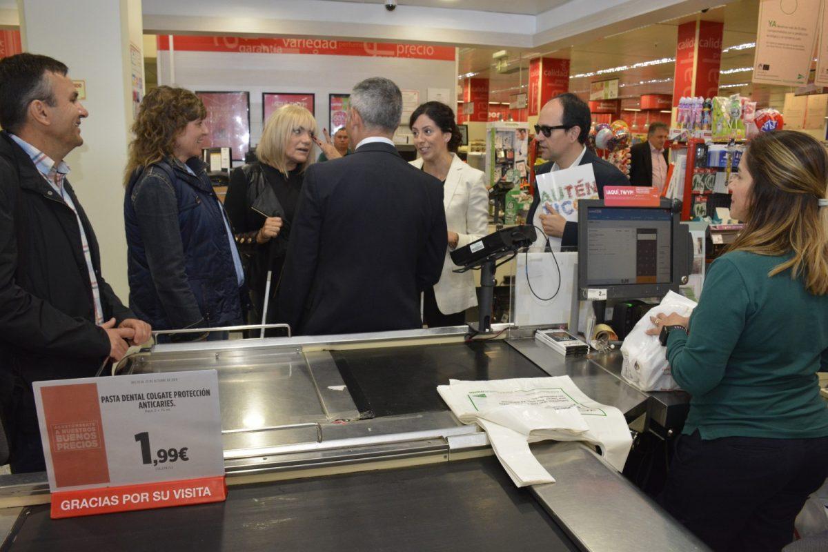 http://www.toledo.es/wp-content/uploads/2019/10/once_3-1200x800.jpg. El Gobierno local conciencia del día a día de las personas con discapacidad visual en el desayuno y compra a ciegas de la ONCE