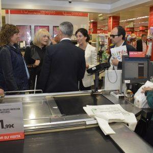 l Gobierno local conciencia del día a día de las personas con discapacidad visual en el desayuno y compra a ciegas de la ONCE