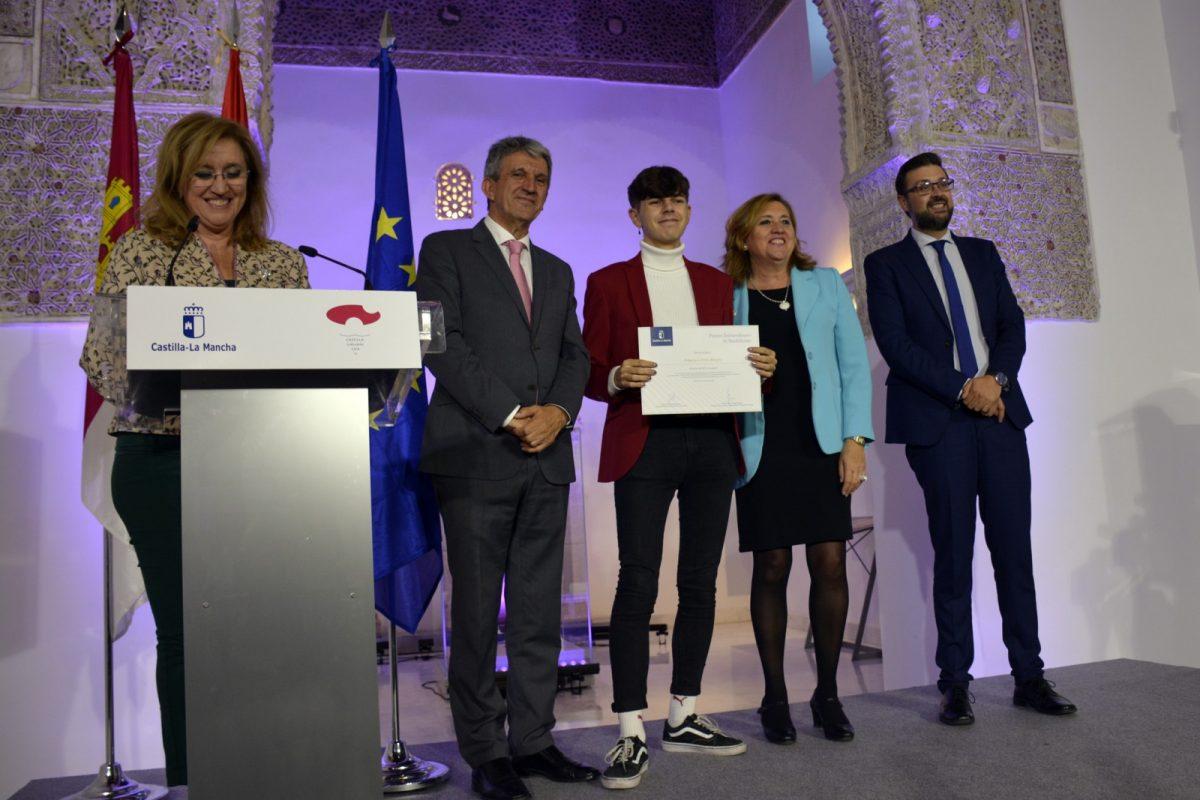 http://www.toledo.es/wp-content/uploads/2019/10/premios_educacion04-1200x800.jpg. El Gobierno local, en la entrega de los Premios Extraordinarios de ESO, Bachillerato y Enseñanzas Artísticas de Castilla-La Mancha