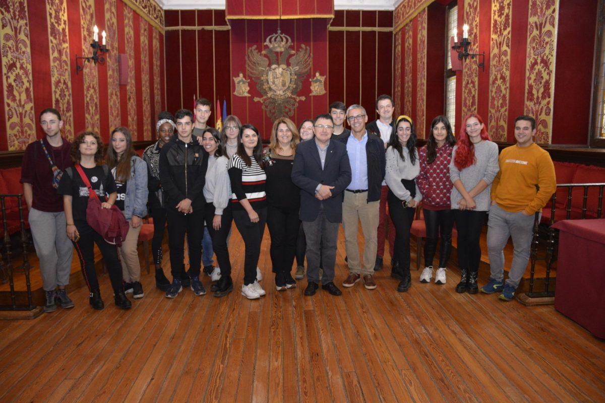https://www.toledo.es/wp-content/uploads/2019/10/princesa-galiana_visita-1200x800.jpg. Alumnos italianos de Viterbo visitan el Ayuntamiento con el IES Princesa Galiana a través del bachillerato de artes escénicas