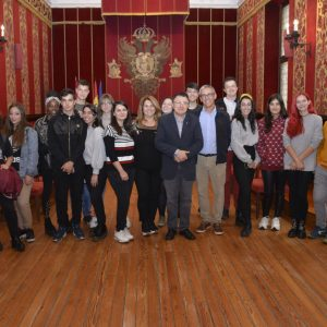 lumnos italianos de Viterbo visitan el Ayuntamiento con el IES Princesa Galiana a través del bachillerato de artes escénicas