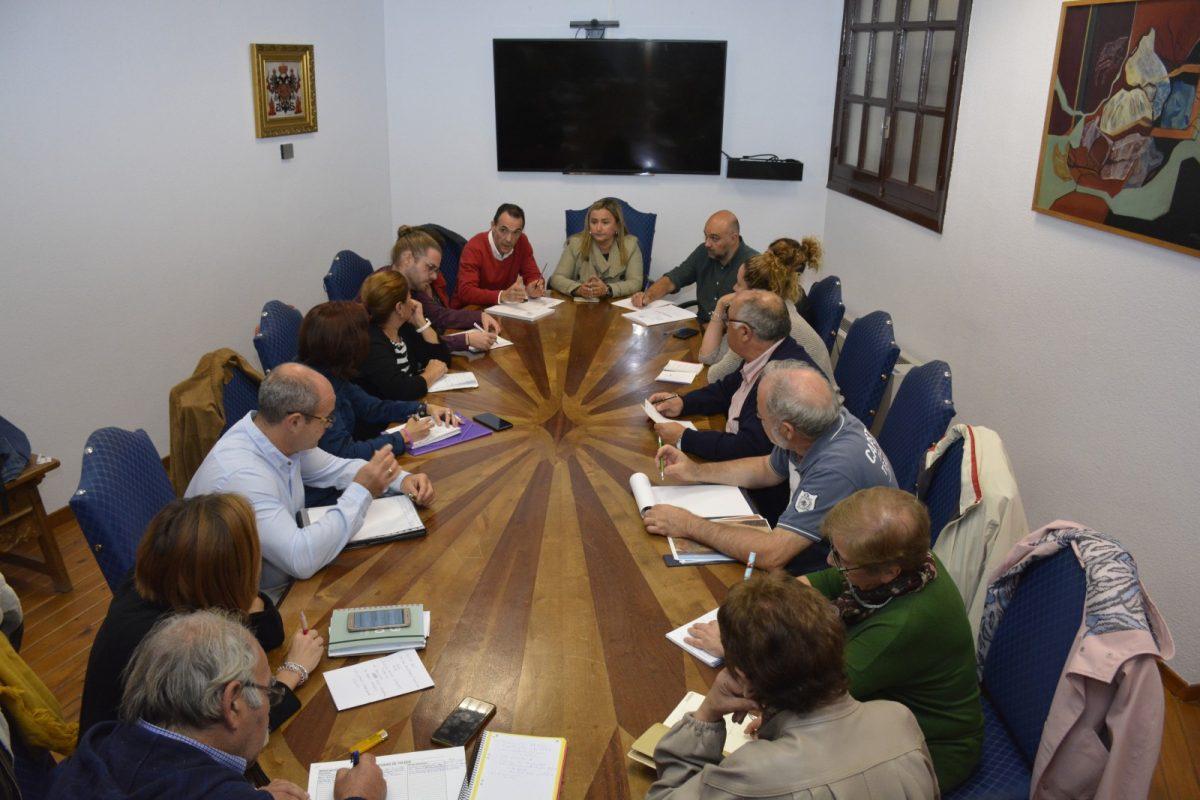 http://www.toledo.es/wp-content/uploads/2019/10/reunion-festejos-con-vecinos-1200x800.jpg. El Gobierno local reúne a las asociaciones de vecinos en el Ayuntamiento para detallar la programación de Navidad y Reyes 2019-2020