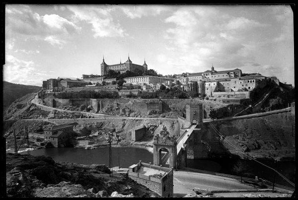Toledo - El Alcázar desde el puente de Alcántara, antes del asedio