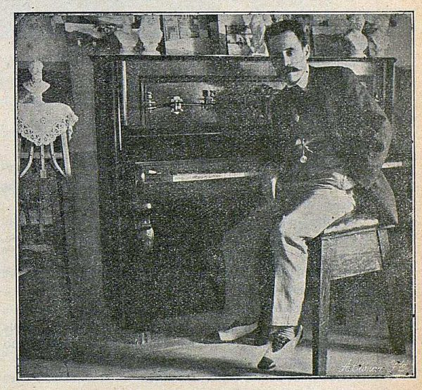 TRA-1916-056-Joaquín Flores en su estudio-Foto Ciarán