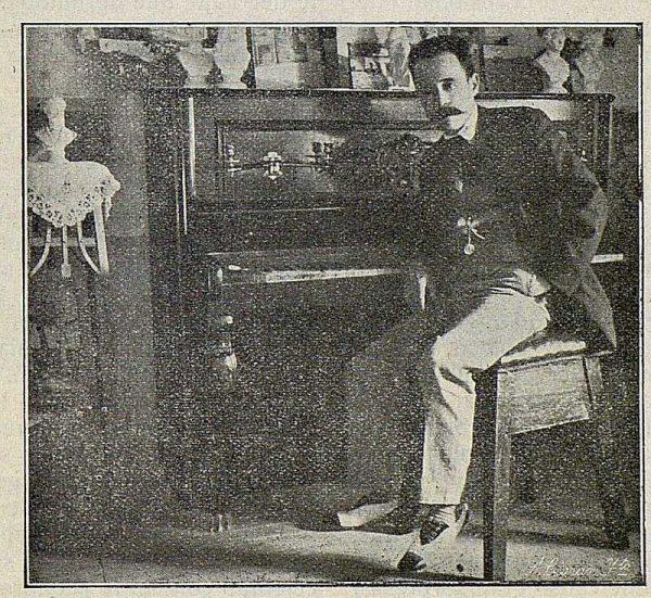 TRA-1917-070-Joaquín Flores en su estudio-Foto Ciarán