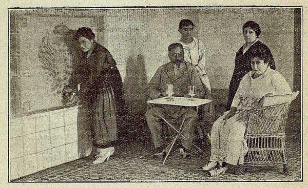 TRA-1917-085-Venta del Hoyo, el señor Vélez y su familia en la sala de tomas