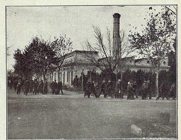 TRA-1918-096-Fábrica de Armas, salida de obreros