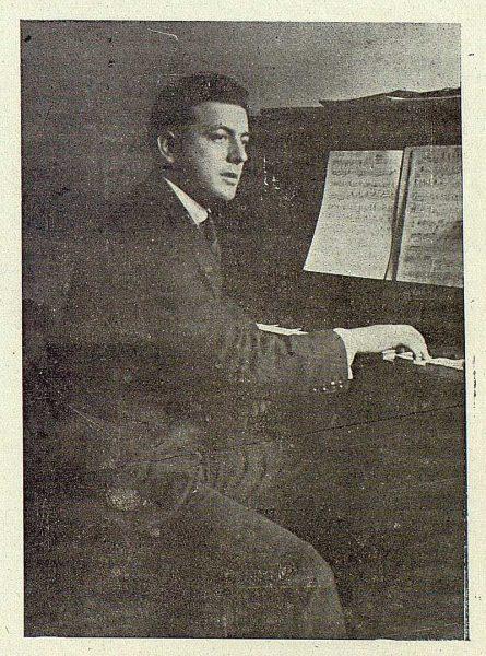 TRA-1919-128-Jacinto Guerrero al piano