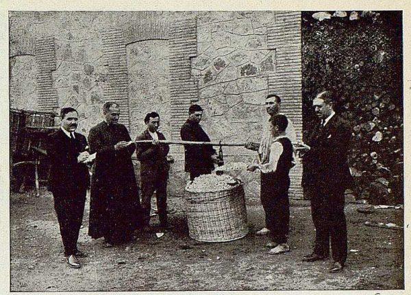 TRA-1925-221-Arte de la seda, pesando capullos