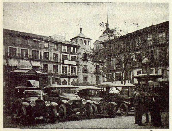 TRA-1925-224-Plaza de Zocodover, parada de coches-Foto Gálvez