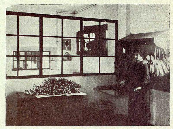 TRA-1927-246-Seda toledana, plegado de madejas en el almacén-Foto Rodríguez