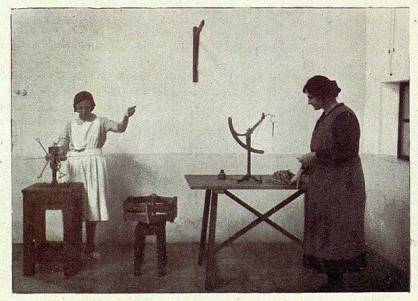TRA-1927-246-Seda toledana, pruebas con la seda-Foto Rodríguez