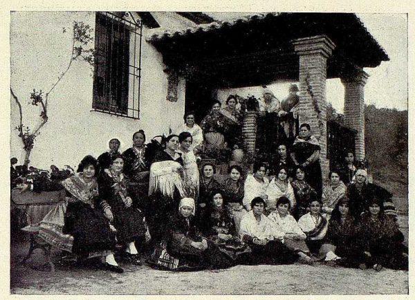 TRA-1928-256-Muestra de trajes típicos-Foto Rodríguez