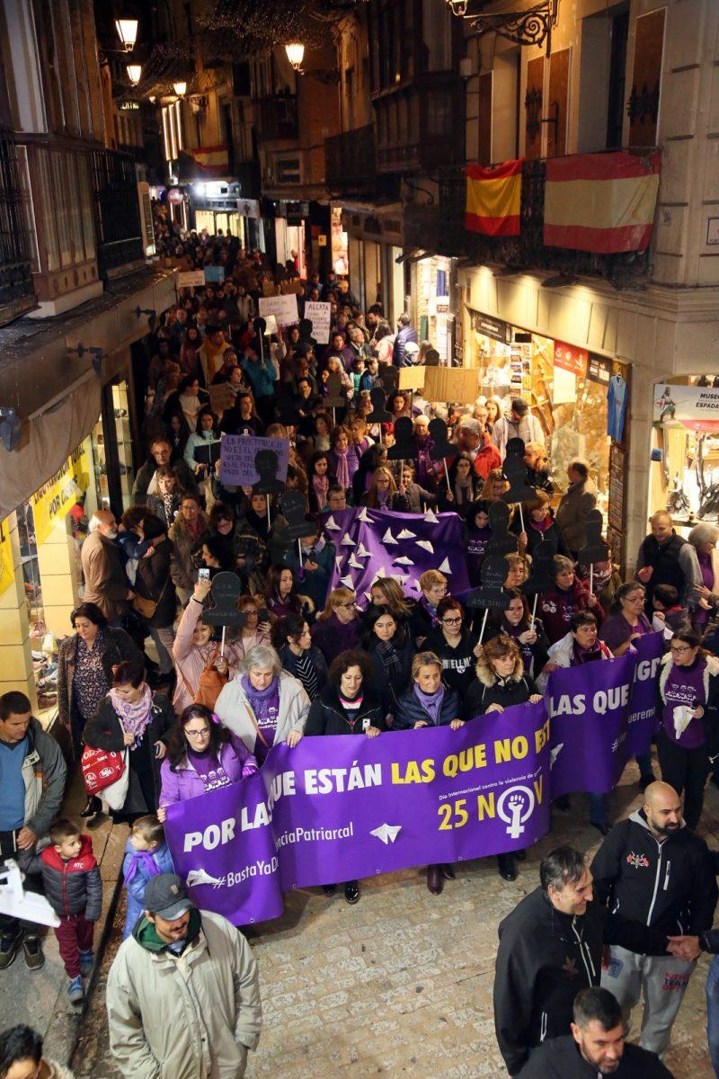 """https://www.toledo.es/wp-content/uploads/2019/11/10_manifestacion_violencia_genero-800x1200.jpg. El 25N reivindica medidas reales y efectivas para acabar con los asesinatos de mujeres y acción política """"valiente"""" en coeducación"""