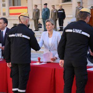 a alcaldesa participa en el acto de entrega de diplomas de los participantes en el Curso Básico de Emergencias de la UME