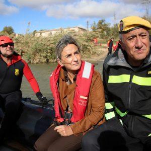 a alcaldesa visita las prácticas de rescate acuático que la UME está realizando en Toledo y destaca la profesionalidad del cuerpo