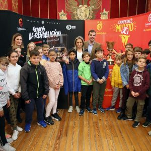ilagros Tolón visita la muestra de la Copa Naismith y la Copa del Eurobasket Femenino que acoge el Ayuntamiento este viernes