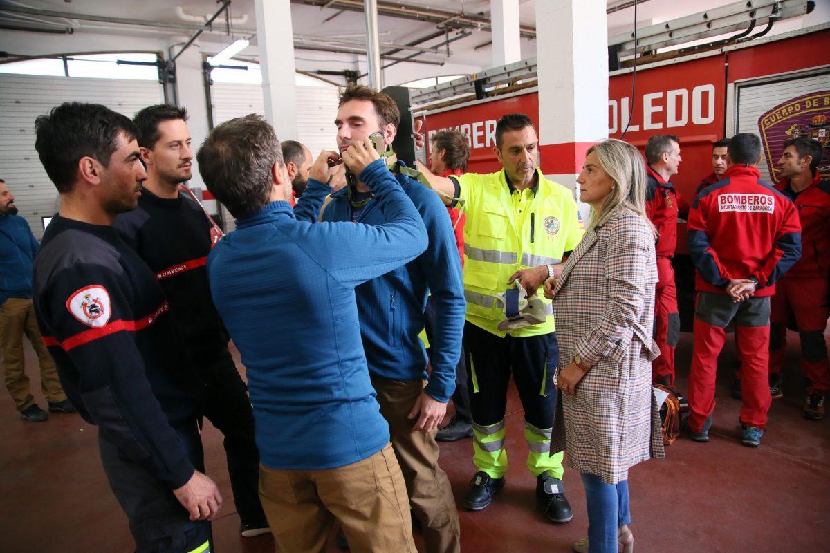http://www.toledo.es/wp-content/uploads/2019/11/7_visita_bomberos-1200x800.jpg. Milagros Tolón comparte con los Bomberos la programación de las XV Jornadas de Rescate en Altura que se desarrollan en Toledo