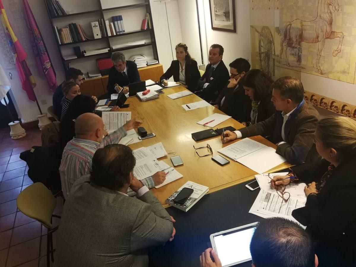 http://www.toledo.es/wp-content/uploads/2019/11/comision-de-urbanismo_20191118-1200x900.jpeg. El Gobierno local avanza la redacción de un pliego que permitirá licitar un análisis urbanístico exhaustivo de cara al nuevo POM