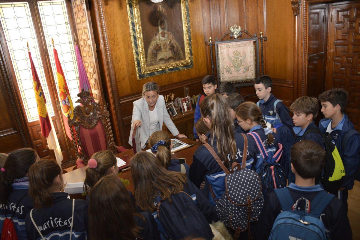 http://www.toledo.es/wp-content/uploads/2019/11/milagros-tolon_visita-maristas_8-1200x800.jpg. Milagros Tolón comparte la historia y el patrimonio de las Casas Consistoriales en una visita con alumnos de Educación Primaria