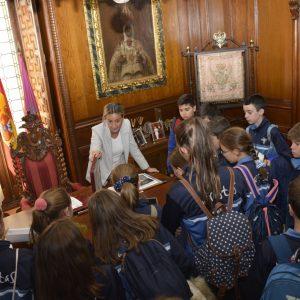 ilagros Tolón comparte la historia y el patrimonio de las Casas Consistoriales en una visita con alumnos de Educación Primaria