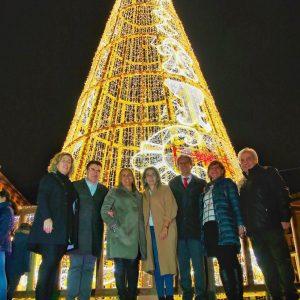 a alcaldesa anima durante el encendido de la iluminación navideña a participar en las actividades programadas desde el Ayuntamiento