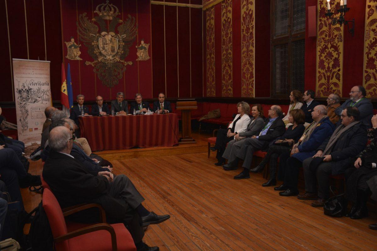 http://www.toledo.es/wp-content/uploads/2019/11/veterinarios_1-1200x800.jpg. La sala Capitular acoge el acto inaugural del XXV Congreso Nacional y XVI Iberoamericano de Historia de la Veterinaria