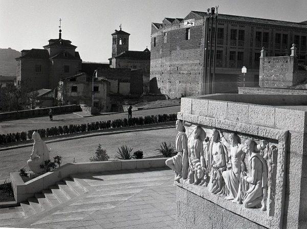 006-AKE_141_Monumento del Ángel del Alcázar_Vista de la iglesia de San Miguel