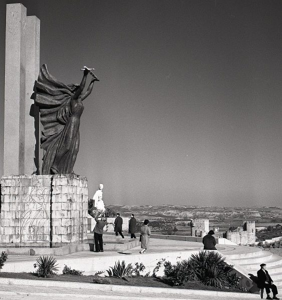 012-AKE_162_Vista del monumento del Ángel del Alcázar
