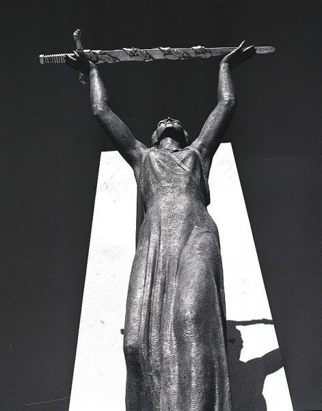 013-AKE_161_Detalle del monumento del Ángel del Alcázar