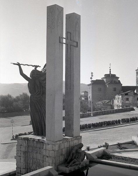 014-AKE_146_Vista del monumento del Ángel del Alcázar