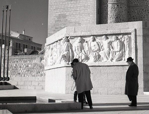 014-AKE_153_Vista parcial del monumento del Ángel del Alcázar