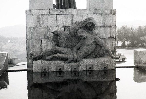 015-AKE_159_Detalle del monumento del Ángel del Alcázar