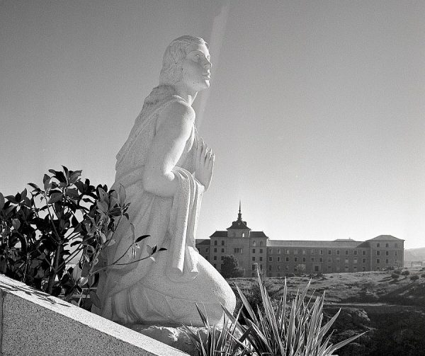 017-AKE_155_Detalle del monumento del Angel del Alcázar