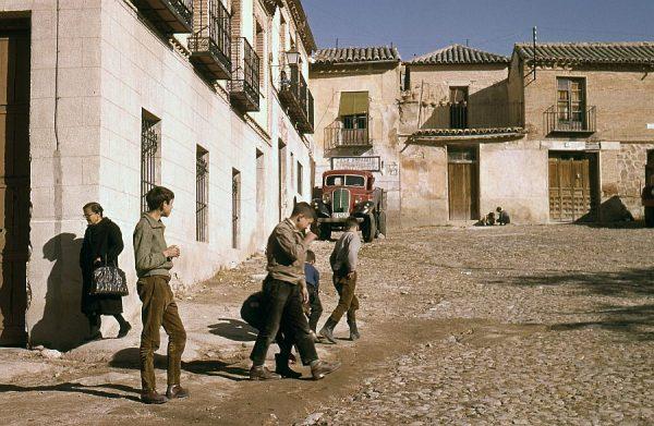 026-AKE_014_Jugando a las canicas en la plaza de Barrio Nuevo
