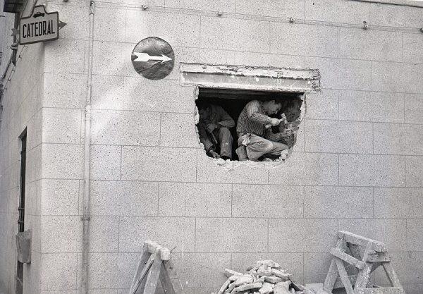 038-AKE_169_Abriendo una ventana en un local de la calle de Lorenzana