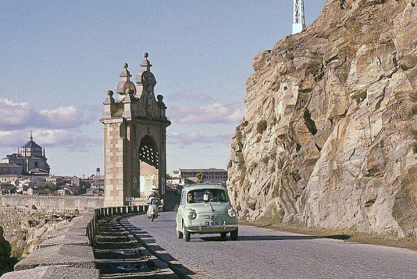 047-AKE_039_Vista de la puerta del puente de Alcántara desde la carretera de Circunvalación
