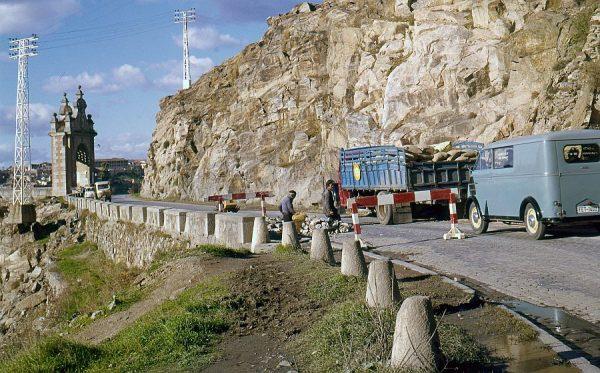 049-AKE_022_Vista de la puerta del puente de Alcántara desde la carretera de Circunvalación