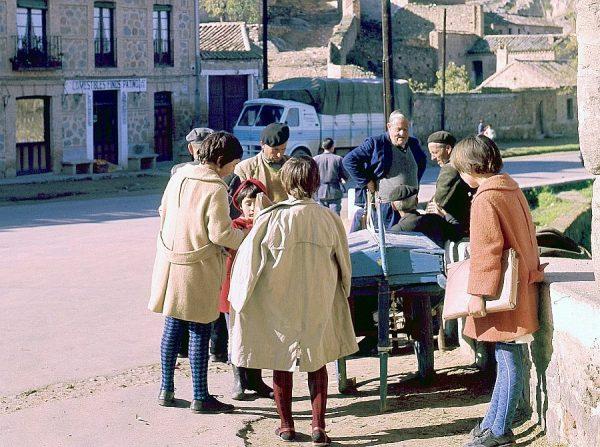 053-AKE_041_Niños en el puesto de chuches junto al puente de San Martín