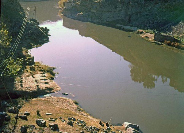 061-AKE_003_Pescadores junto a la desembocadura del arroyo de la Degollada