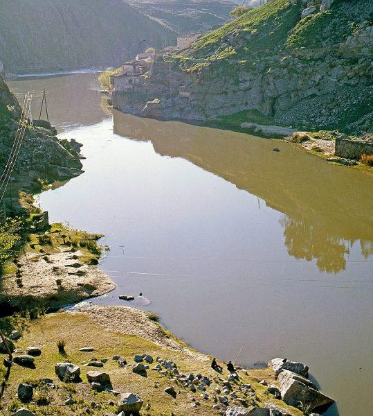 062-AKE_028_Pescadores junto a la desembocadura del arroyo de la Degollada