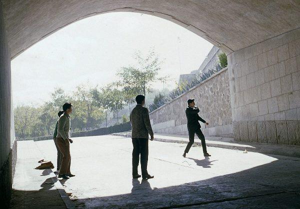 065-AKE_060_Jugando al frontón en el túnel del Alcázar