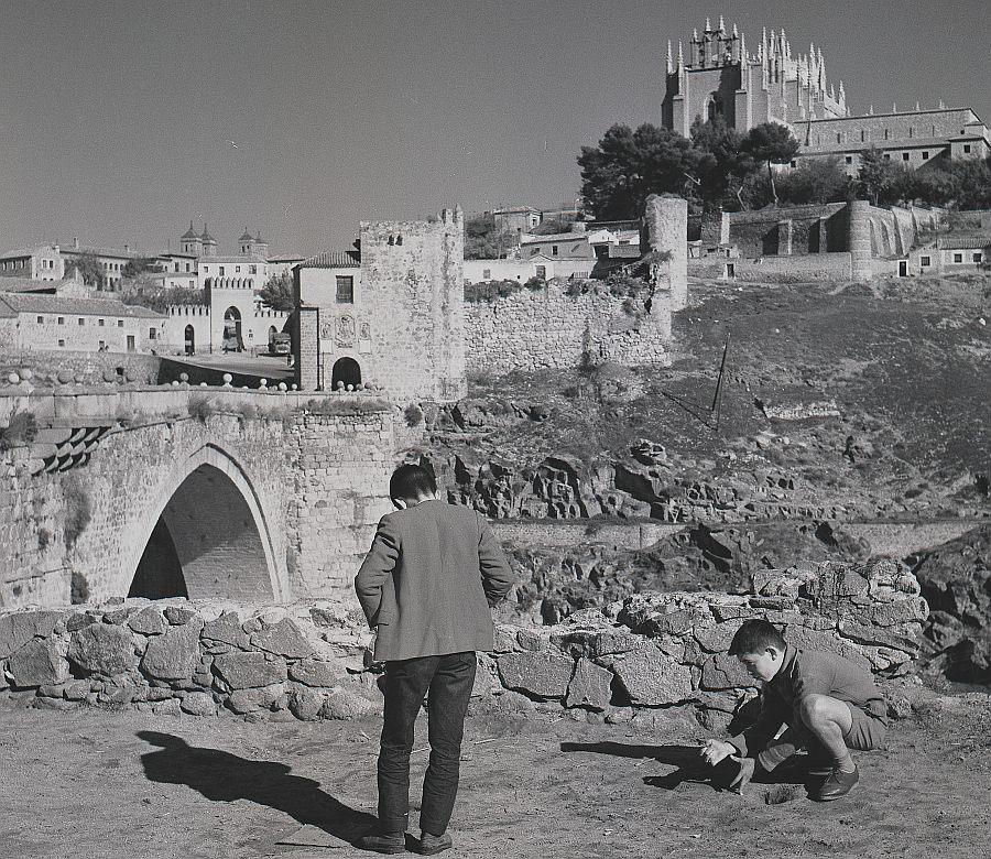 https://www.toledo.es/wp-content/uploads/2019/12/071-ake_138_jugando-a-las-canicas-junto-al-puente-de-san-martin-1.jpg. Toledo en las fotos de Ake Astrand (1962)