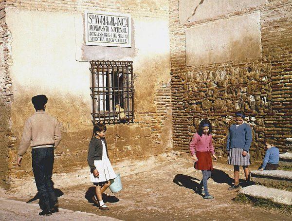 072-AKE_016_Jugando a la rayuela en la puerta de Santa María la Blanca