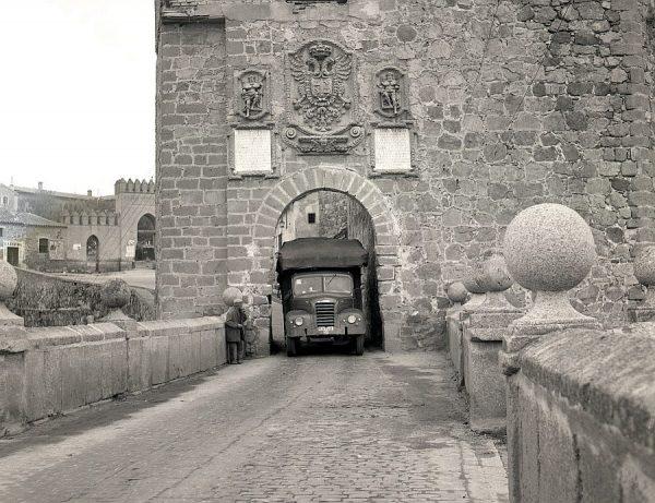 076-AKE_116_Un camión circula por la puerta interior del puente de San Martín